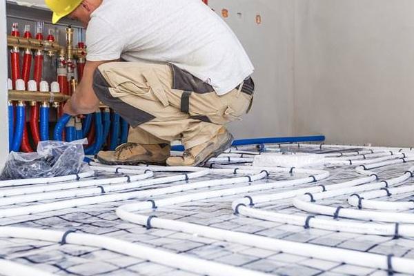 Decken-, Fußboden- oder Flächenheizung.